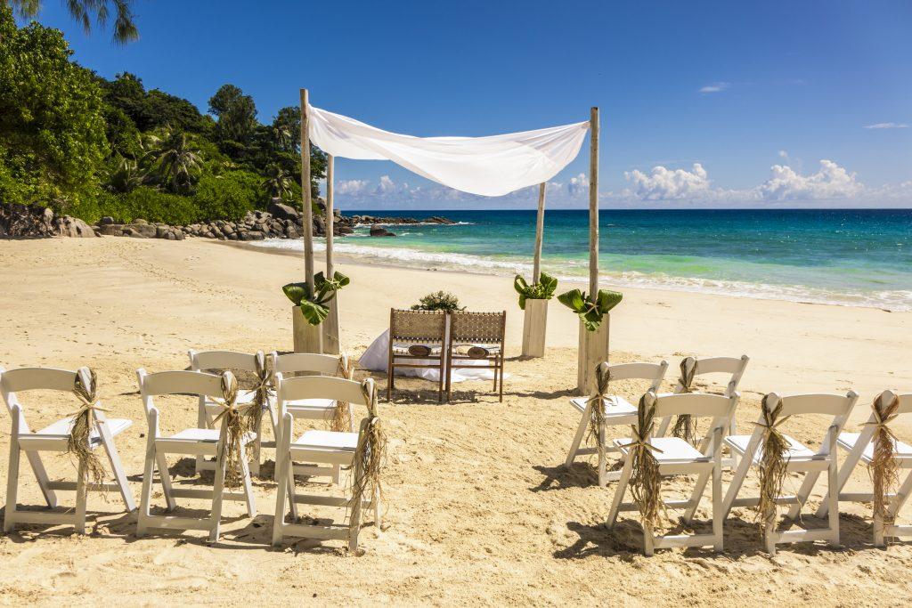 pyntet bord og stoler for bryllup