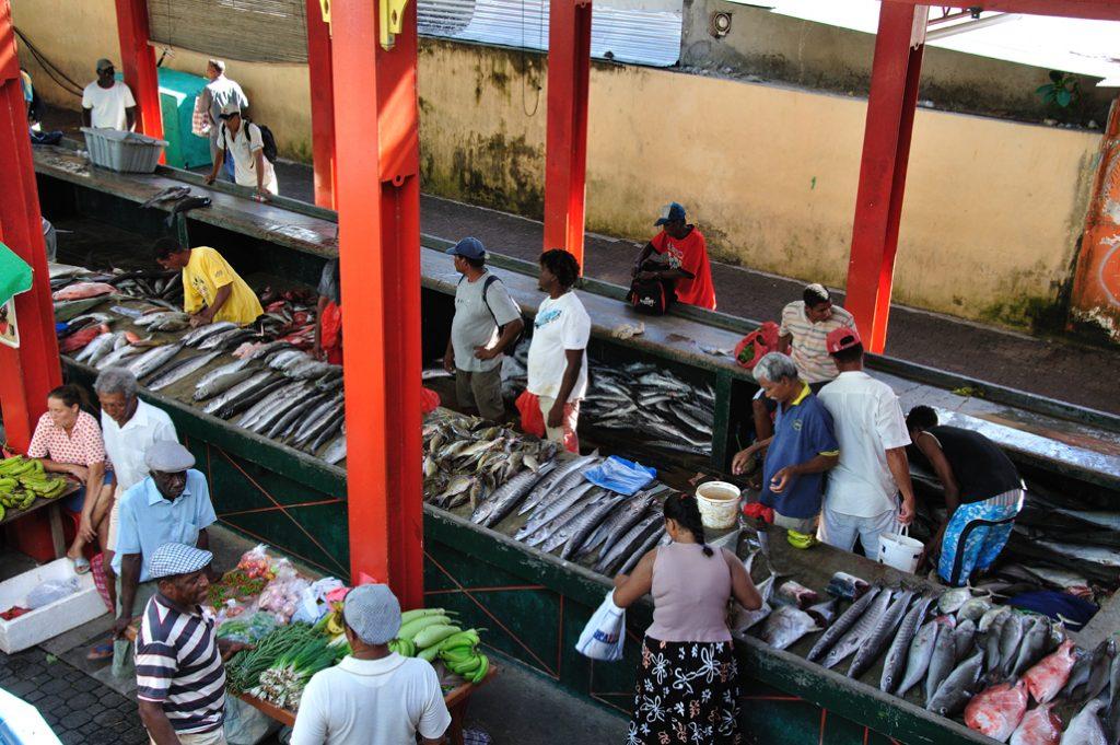 Marked med forskjellige lokale fisker