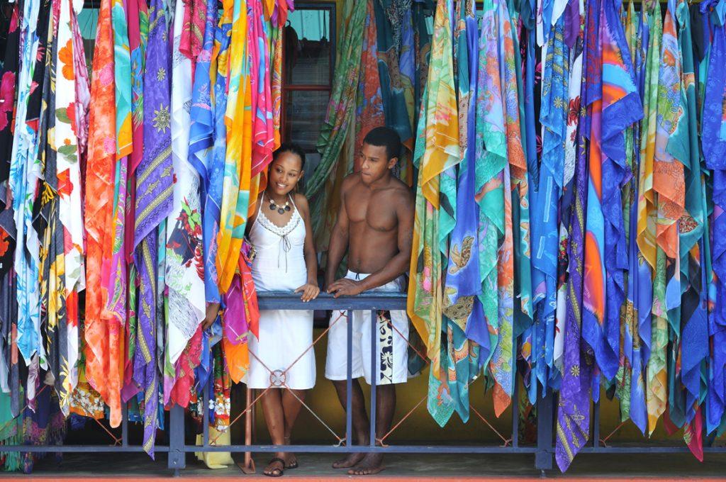 Lokalbefolkning på Seychellene observerer livet på markedet.