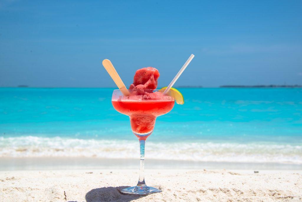 jordbær drikke plassert på stranden