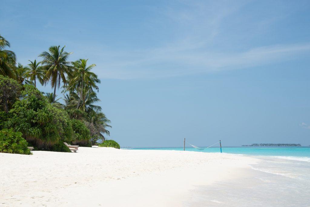 hvit strand med hengekøye