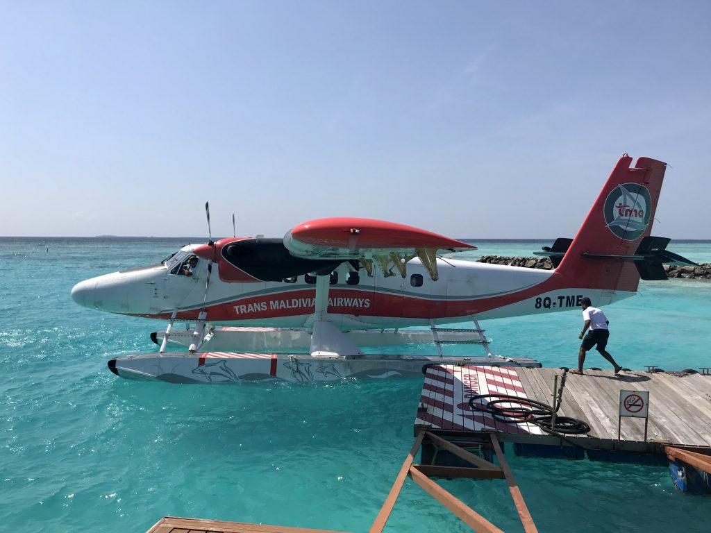 Sjøfly på det turkise havet ved brygga