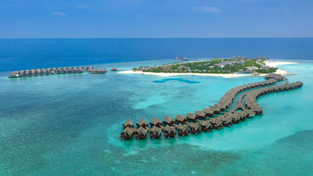 liten øy med vannvillaer ute i vannet på Maldivene